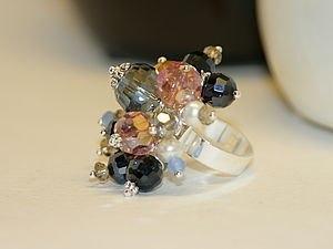 Стильное кольцо из бусин близкими руками