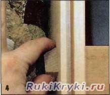 Занятие с монтажной пеной на образце конструкции двери