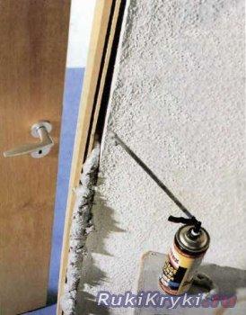 Работа с монтажной пеной на примере установке двери