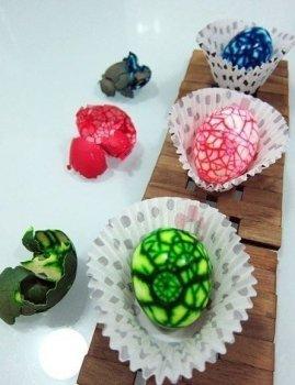 Как покрасить пасхальные яйца необычным способом?