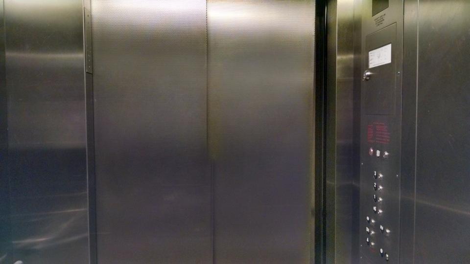Полировкой лифтовых кабин
